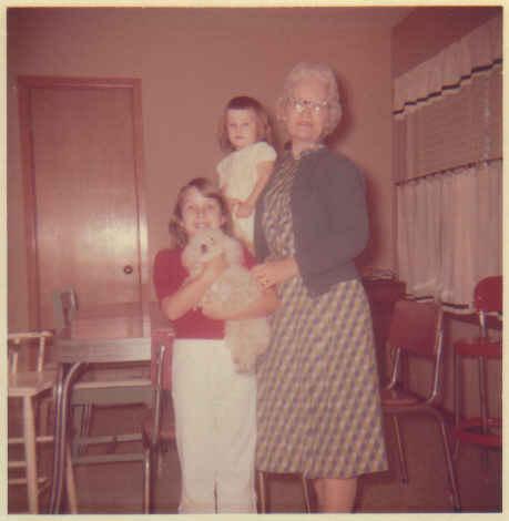 Brenda, pahoo, me, mam-ma 1961ish