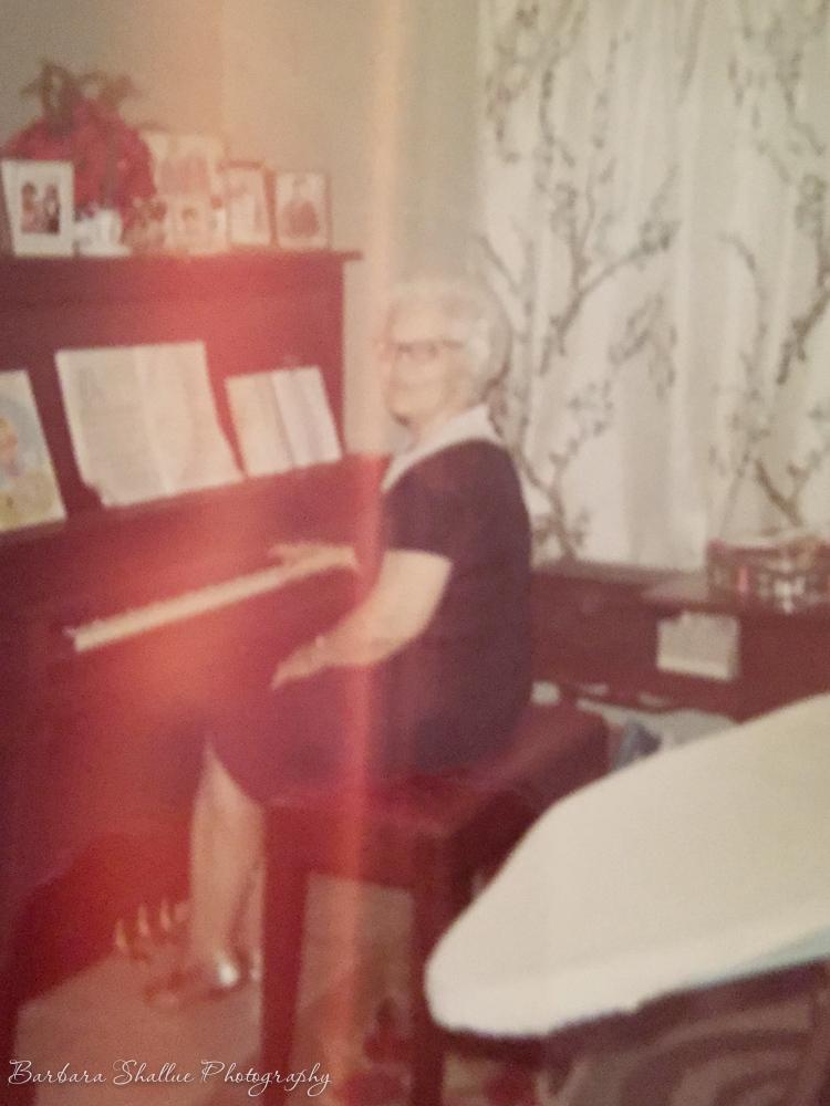 Mam-ma and piano-2315